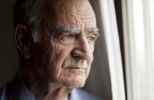 Uomo anziano alla finestra