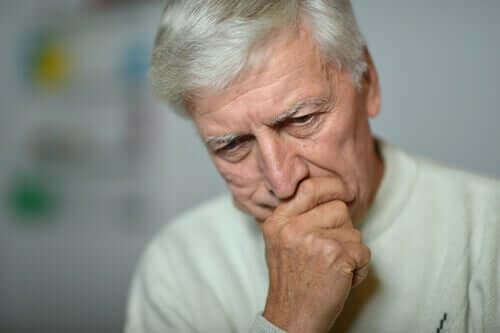 Anziani e coronavirus, uomo anziano preoccupato