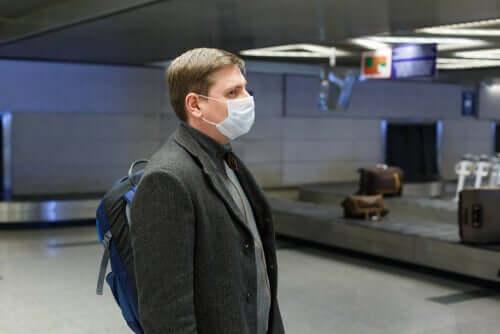 Uomo con mascherina protettiva