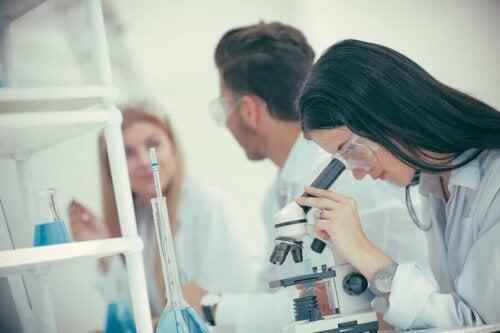 Scienziata che realizza una analisi al microscopio