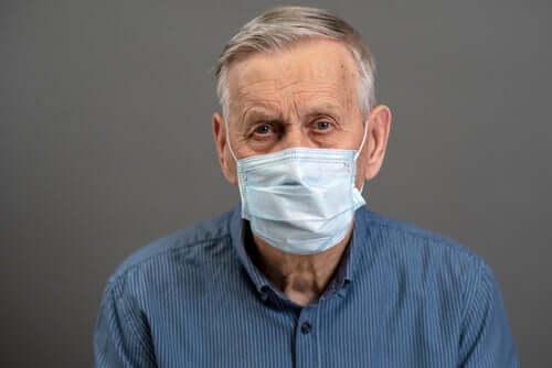 Uomo anziano con mascherina chirurgica