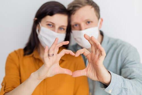 Coppia con mascherina e trasmettere il Coronavirus tramite i rapporti sessuali