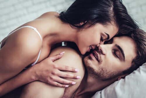 Coppia che si bacia nel letto