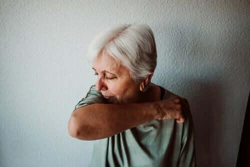 Donna anziana con la tosse e contagio da Coronavirus