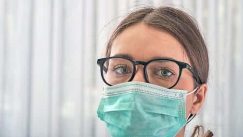 Donna con mascherina e occhiali da vista