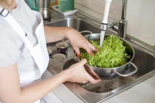 Lavare la frutta e la verdura per evitare il contagio da Coronavirus