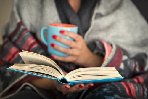 Leggere e bere una tazza di tè