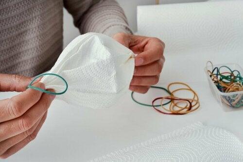 Mascherina con filtro di caffè e fazzoletto