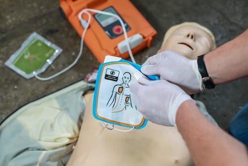 Defibrillatore, simulazione su manichino