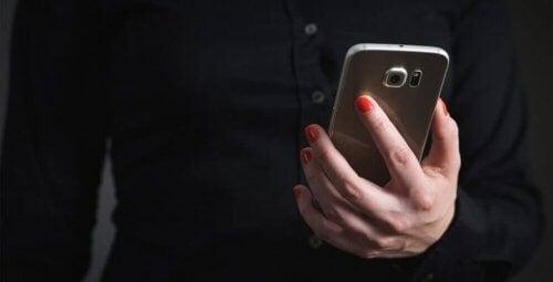 Donna con cellulare tra le mani