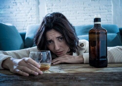 Donna che beve alcolici