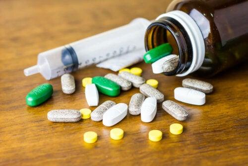 Farmaci e siringa vuota