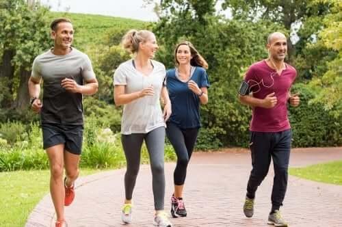 Giovani che fanno jogging