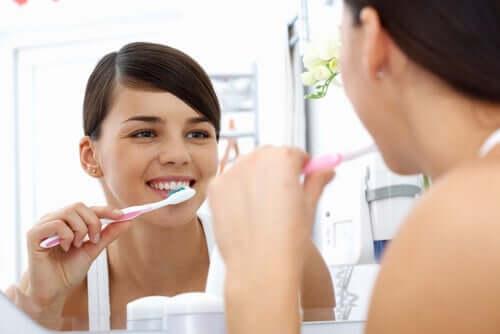 Ragazza che si lava i denti