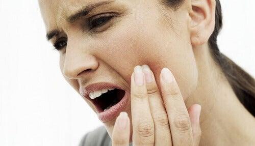 Donna con mal di denti