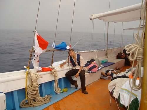 Uomo con mal di mare sulla barca