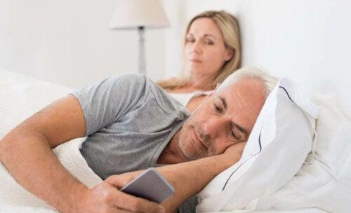 Donna gelosa del partner che usa il cellulare