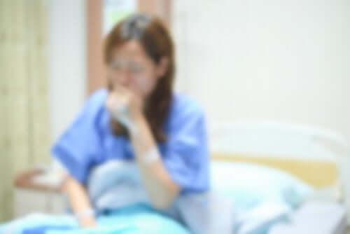 Donna con nausea e vomito associati alla chemioterapia