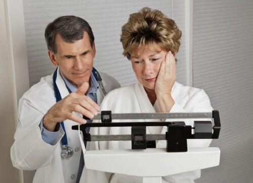 Donna in menopausa preoccupata per il peso