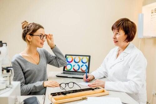 Donna che prova gli occhiali