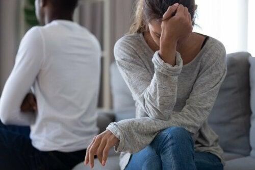 Donna che piange per il partner