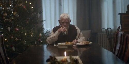 Uomo anziano da solo