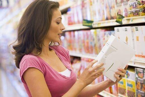 Donna che legge etichetta dei prodotti