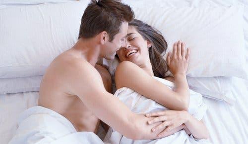 Coppia che ride a letto