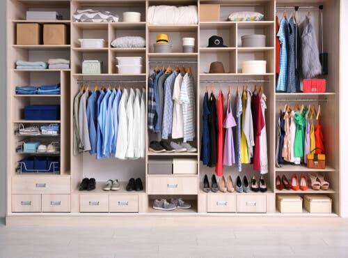 Armadio ben organizzato per evitare di accumulare vestiti