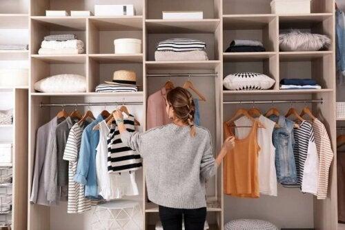 Evitare di accumulare vestiti nell'armadio