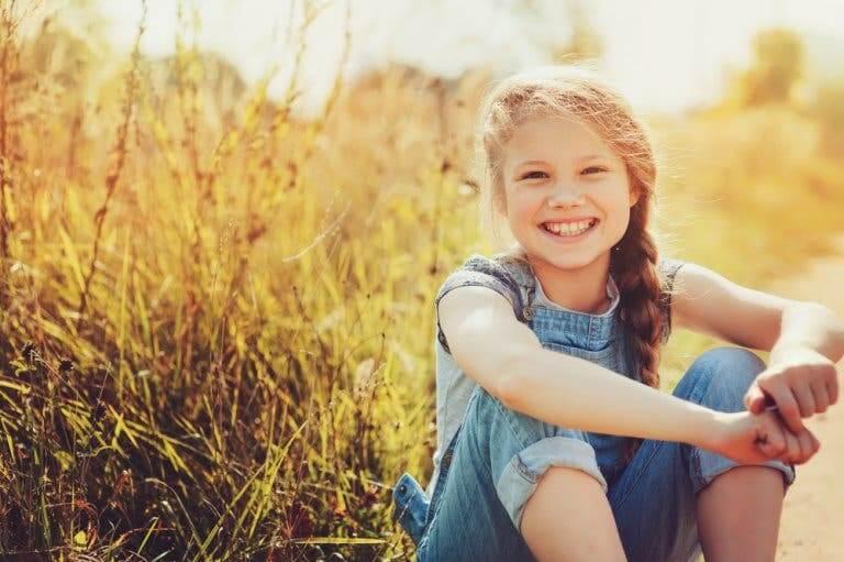 Bambina che sorride e cosa possiamo imparare dai bambini