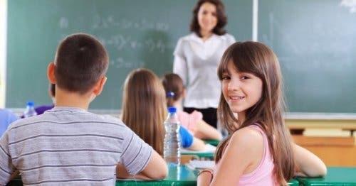 Bambini e insegnante in classe