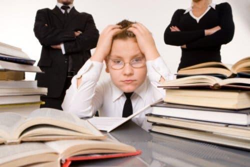 Bambino preoccupato tra libri e insegnanti