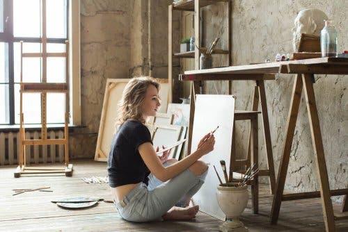 Donna che dipinge per evitare di cadere nella monotonia