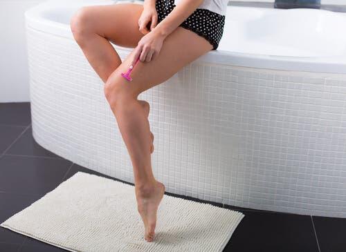 7 oggetti da non conservare in bagno, rasoio