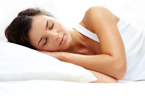 Donna dorme sdraiata sul fianco