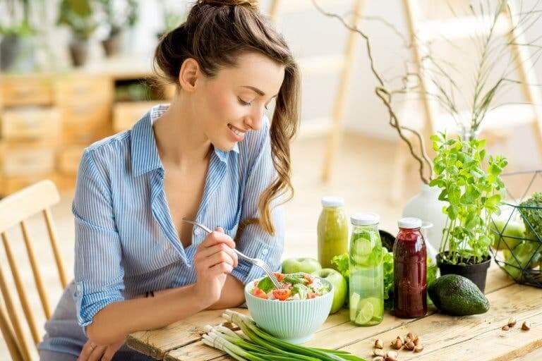 Donna che mangia una insalata