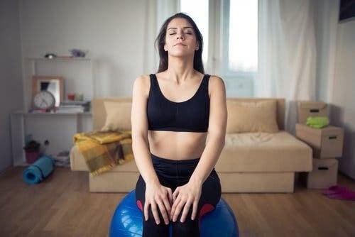 Donna che controlla la respirazione