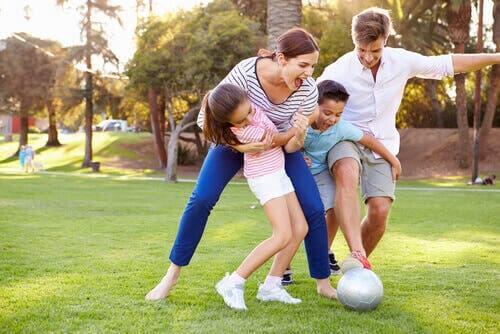 Famiglia che gioca a pallone