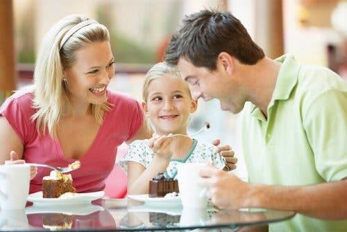 Famiglia che mangia un dessert