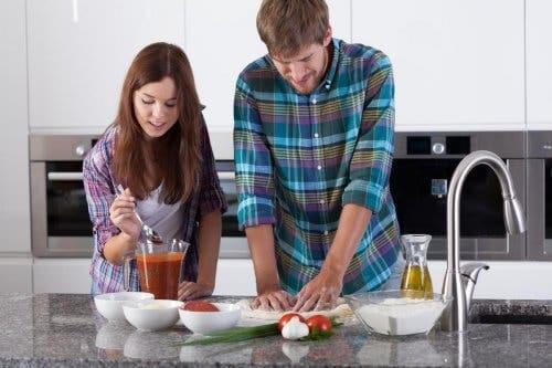 Coppia che cucina insieme