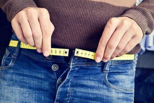 Ragazza che misura la circonferenza dei fianchi
