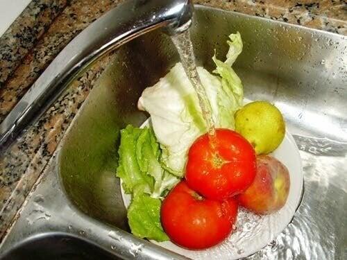 Lavare le verdure sotto il rubinetto: risparmiare acqua ed energia in cucina