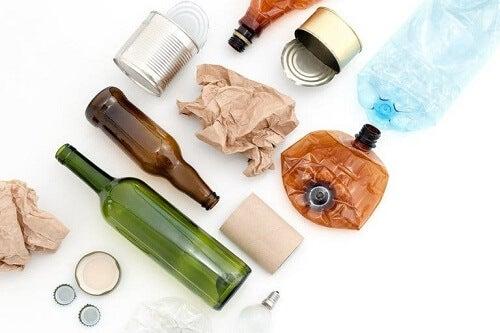 Materiali riutilizzabili che si accumulano in casa