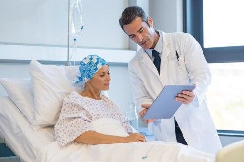 Medico con paziente oncologico