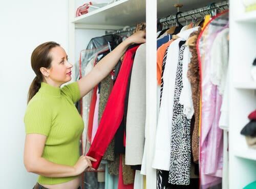 Donna che guarda l'armadio