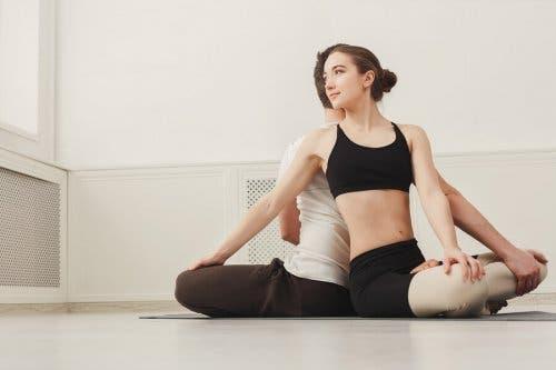 Yoga per la coppia: Parivritta Sukhasana