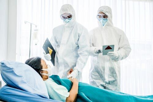 Paziente e medici con DPI