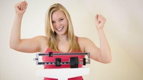 Ragazza sulla bilancia e peso forma