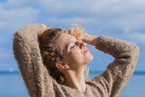 Proteggere i capelli dal sole con prodotti naturali
